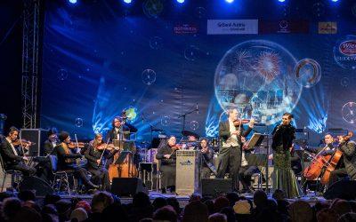 Das Wiener Salonorchester beim Musizieren auf der Silvesterpfadbühne