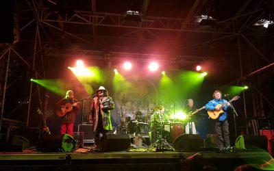 Die Gruppe Los Gitanos beim Musizieren auf der Silvesterpfad-Bühne