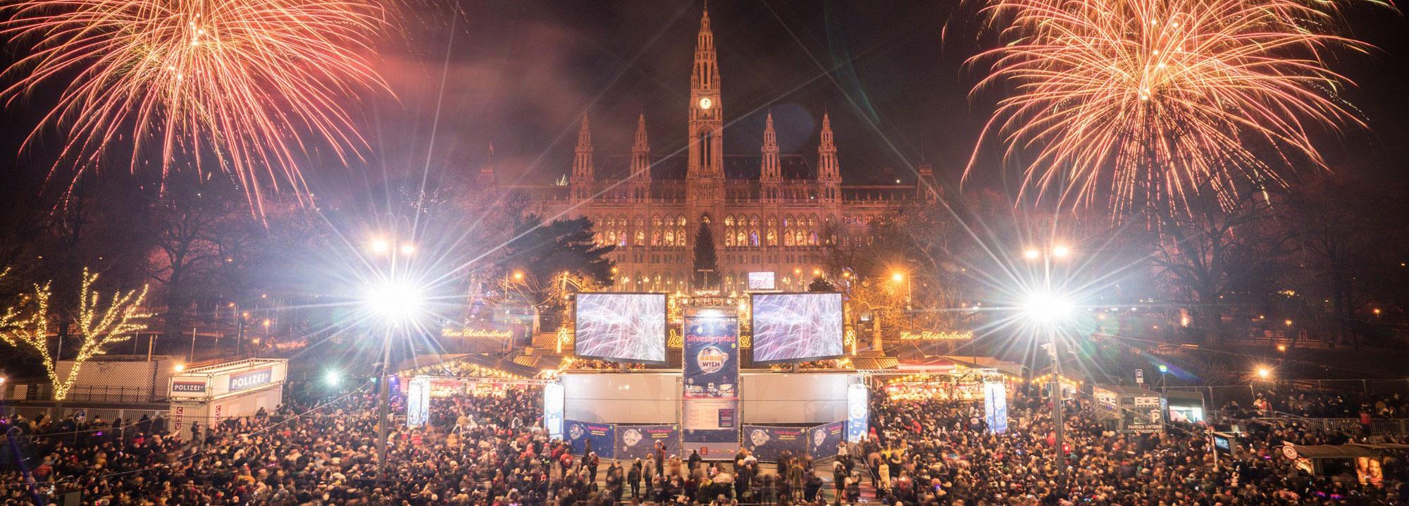Ansicht des Rathauses mit Feuerwerk