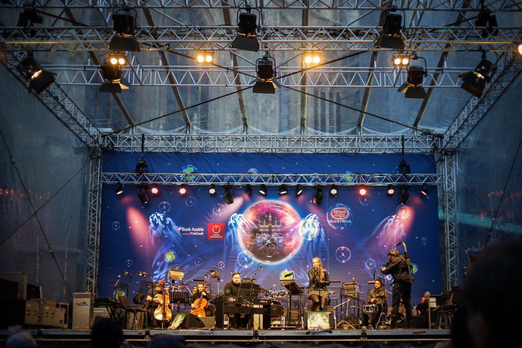 Eine Gruppe musiziert auf der Bühne vor dem Stephansplatz