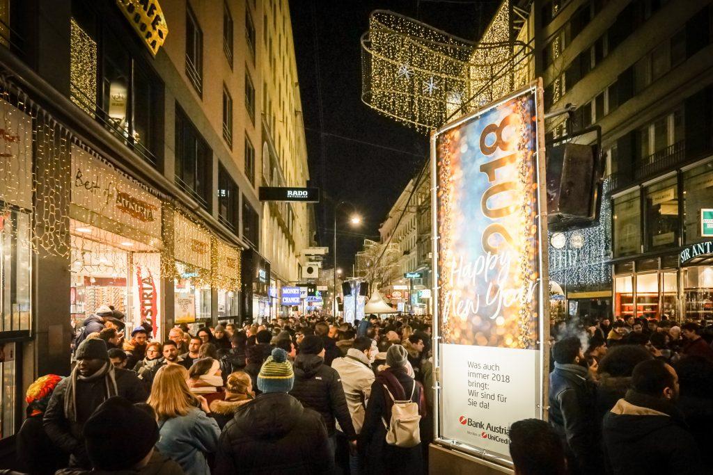 Der Silvesterpfad bei Nacht mit einem Gerüstturm. Darauf zu sehen: Eine Werbung der Bank Austria