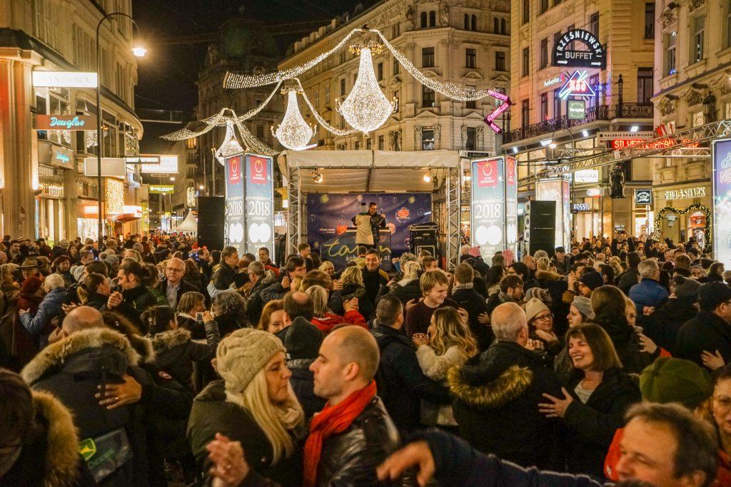 Tanzende Menschen auf dem Graben in Wien