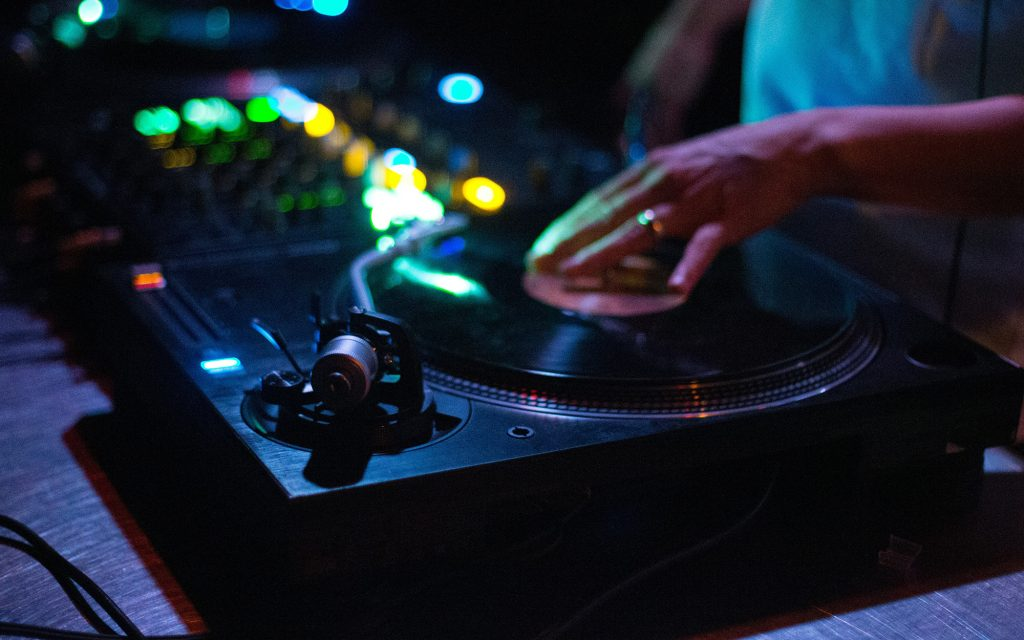 DJ beim Plattenauflegen