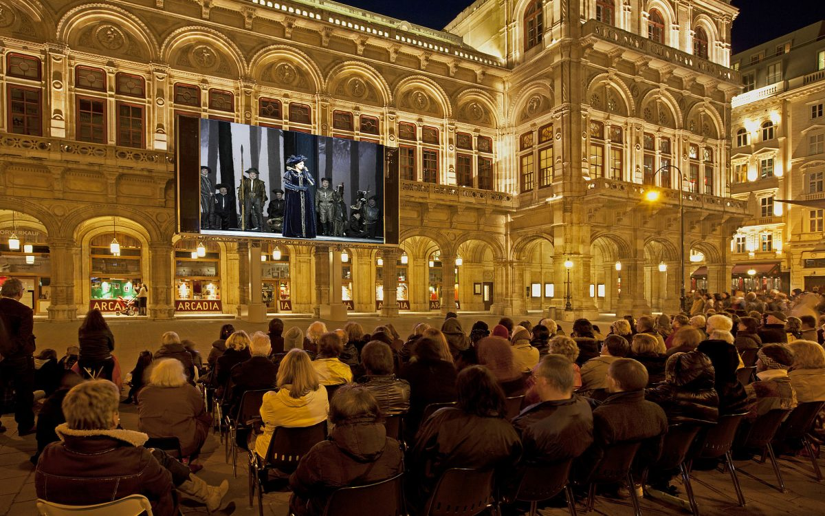 Der Herbert-von-Karajan-Platz bei Nacht
