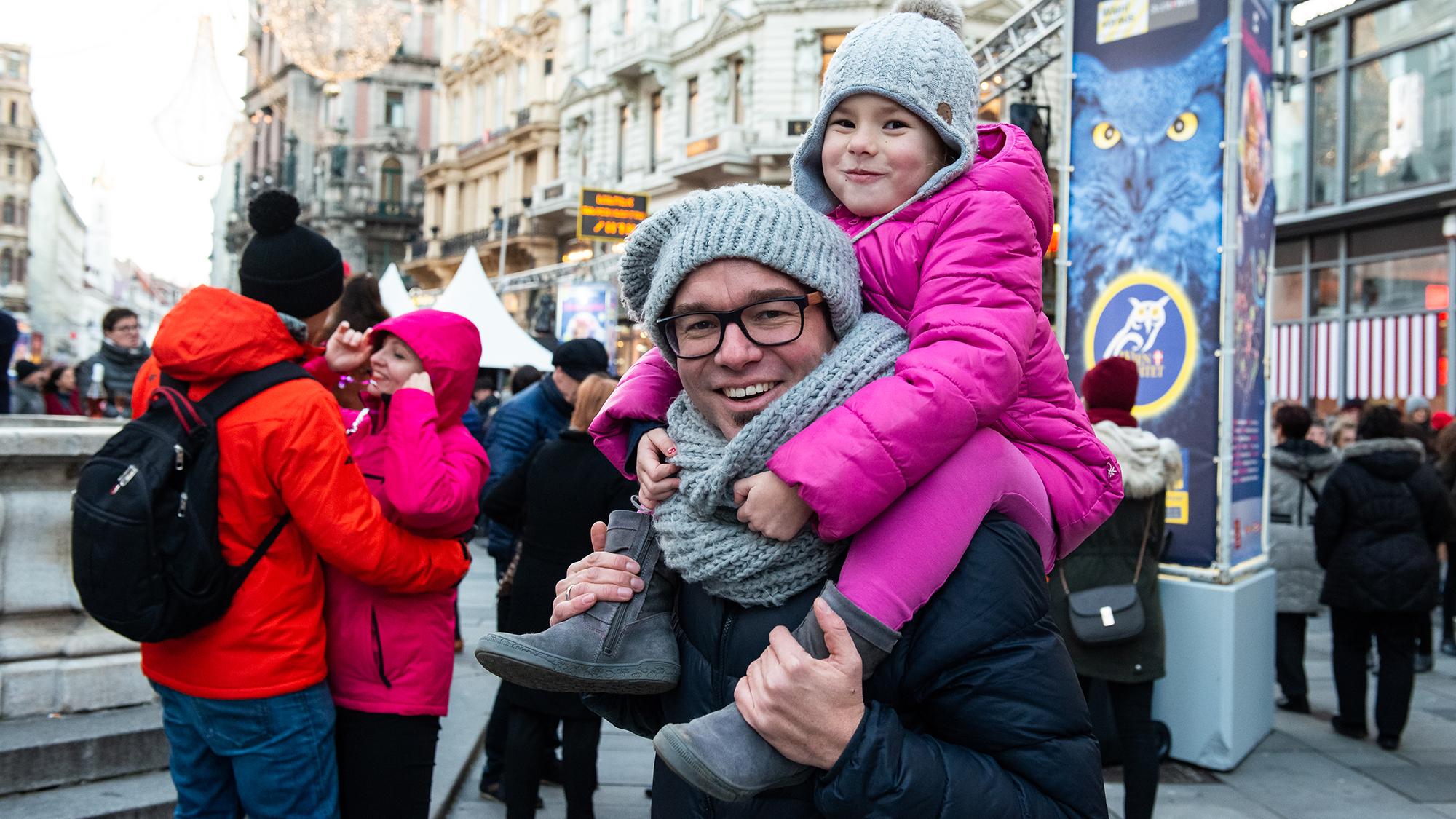 Ein Vater mit seiner Tochter auf den Schultern