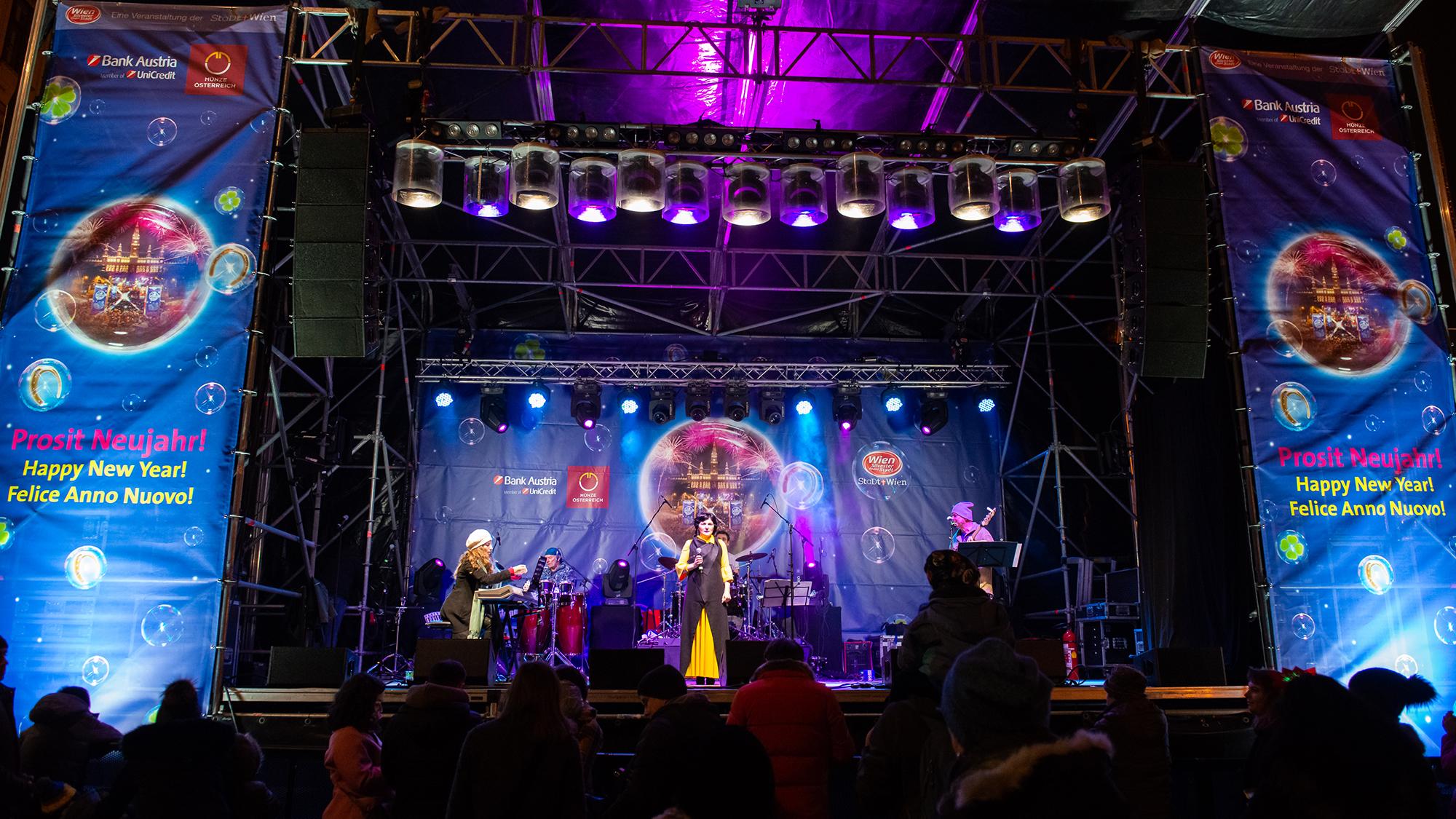 Eine Gruppe musiziert auf der Bühne