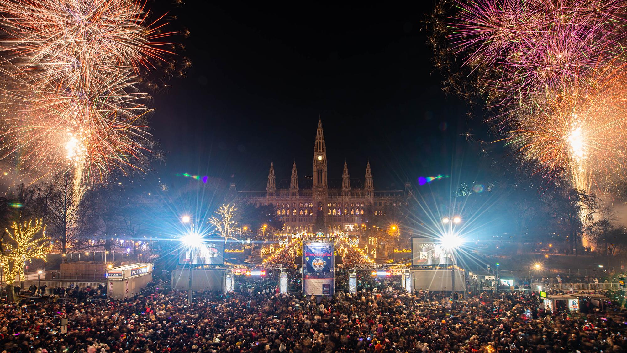 Das Feuerwerk über dem Rathausplatz