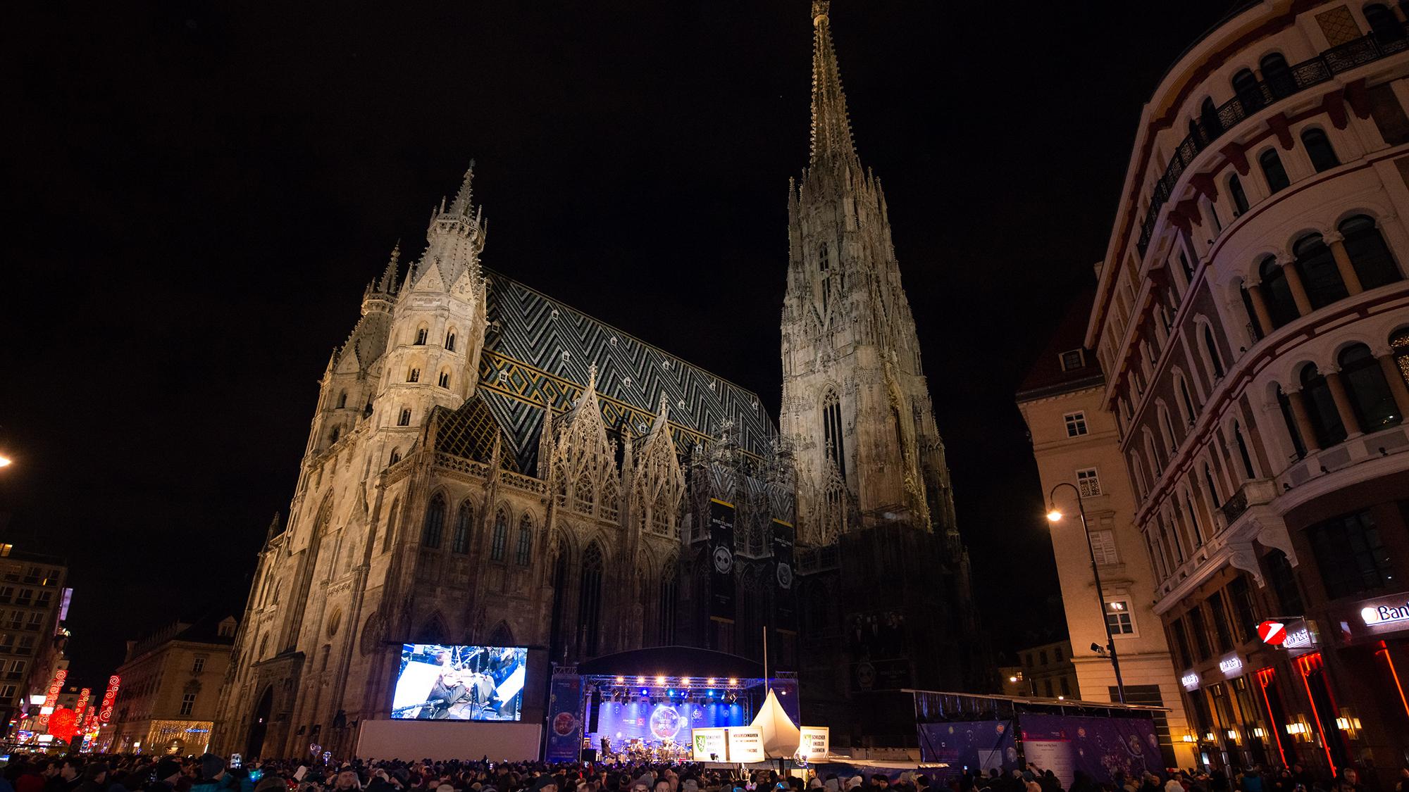 Der Stephansplatz mit Bühne bei Nacht