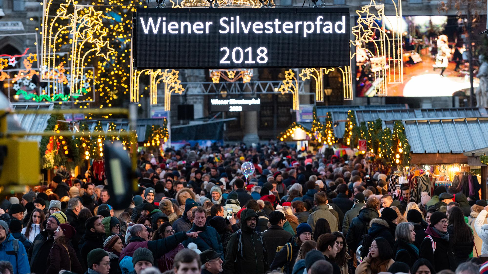 Menschen auf dem Rathausplatz